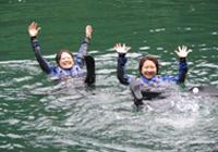 専用のライフベストを必ず装着するので泳げない人でも安心。プカプカ浮いて楽しいよ。