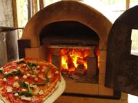 アフターツアーは多摩川を見下ろせるウッドテラスで。人気のピザ焼体験やBBQが楽しめます。